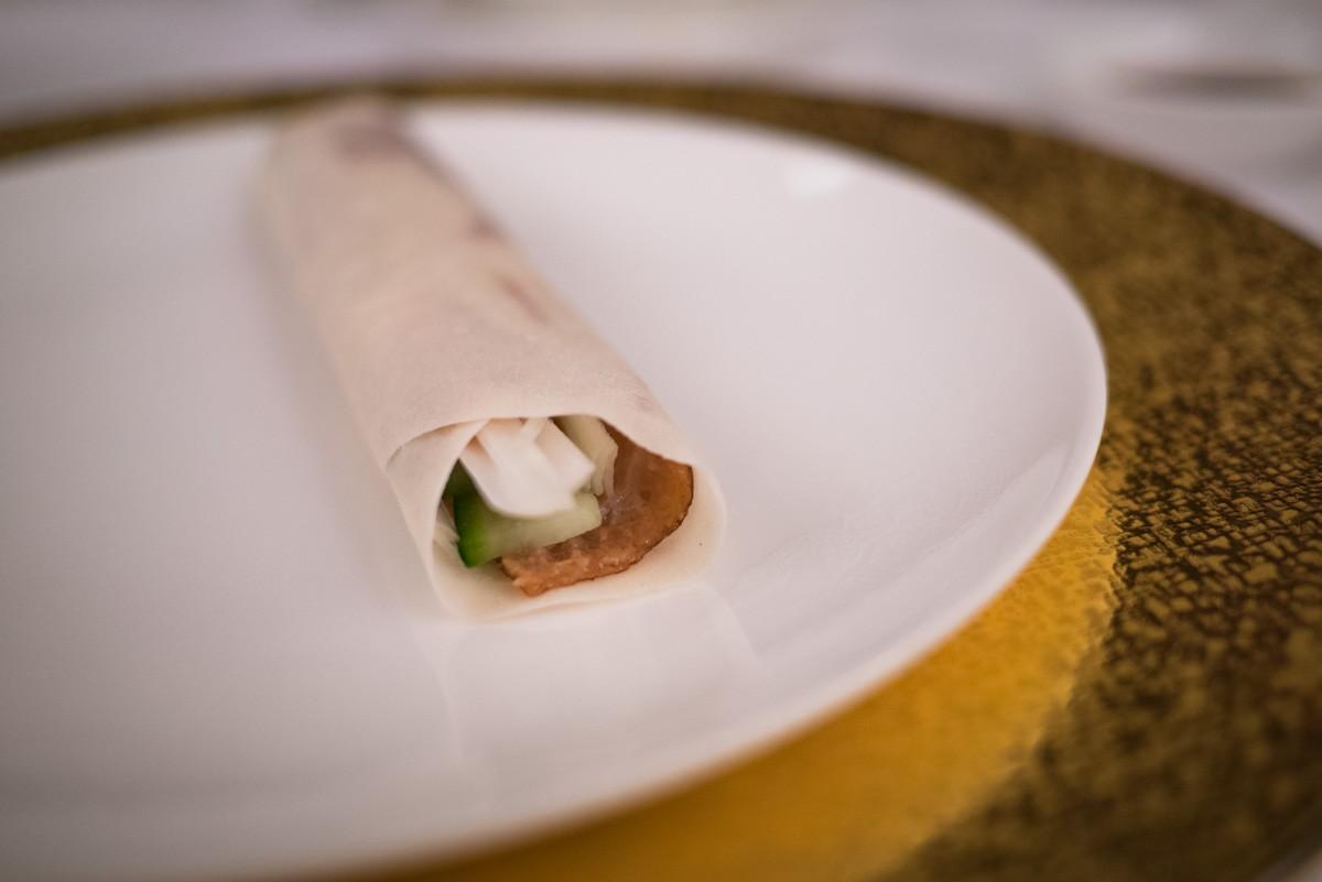 Concombre, blanc de poireau, la peau du canard, un peu de sauce hoi sin et voilà.