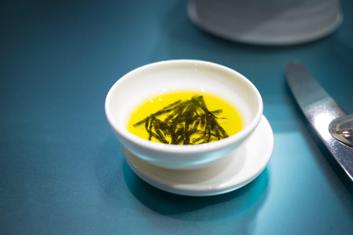 Pour le pain, de l'huile d'olive au nori.
