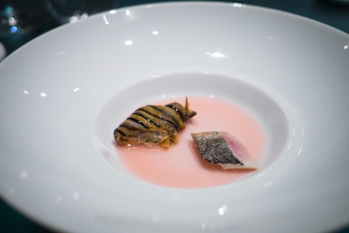 Puis passé à la flamme pour lui donner le parfum du poisson grillé sans lui en donner ni la texture ni le goût. Accompagné d'un cannelloni d'aubergine, posé sur une gelée de radis.