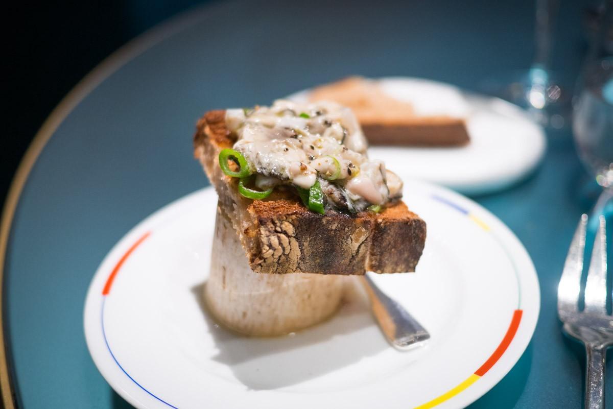 La tartine d'huîtres et os à moelle. On prend la moelle avec la cuillère, on la pose tout doucement sur la tartine  et on la croque. L'extase.