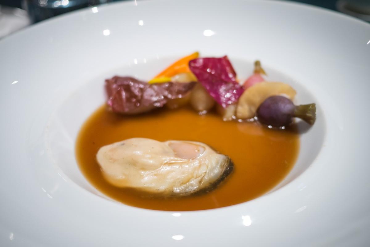 Le pot-au-feu. Une huître 0 de Tarbouriech, de l'étang de Thau et les légumes en pot-au-feu avec un bouillon de congre et queue de bœuf.