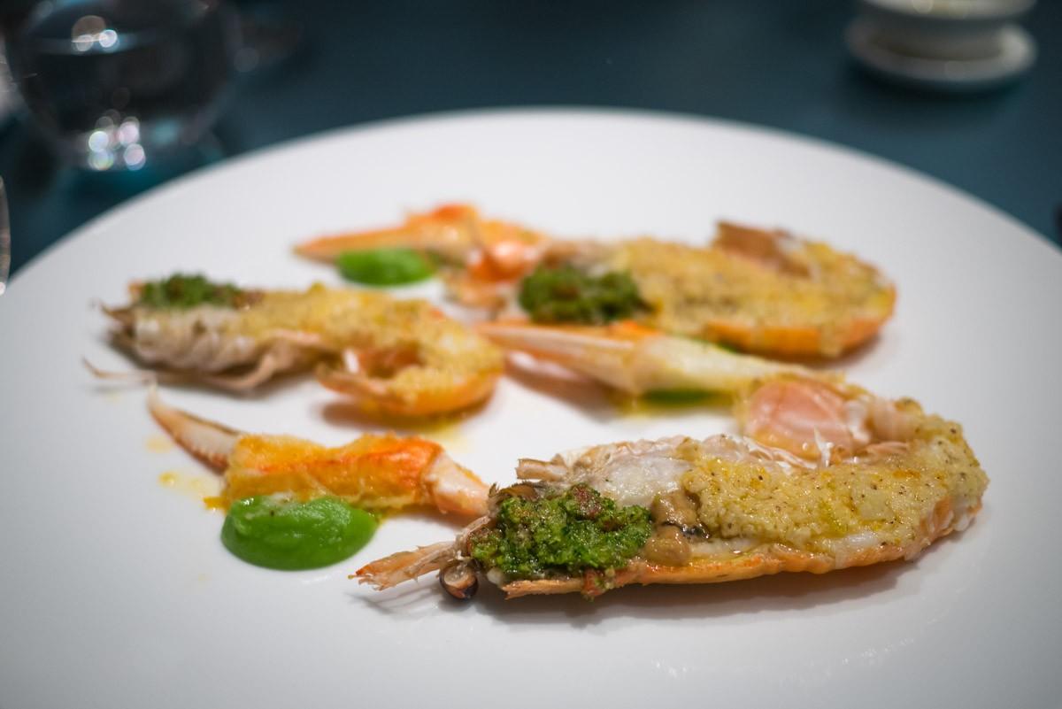 Langoustines au beurre d'agrumes. Les pinces sont décortiquées, ce qui est un petit bonheur bien réel, servi avec de la crème de brocoli.