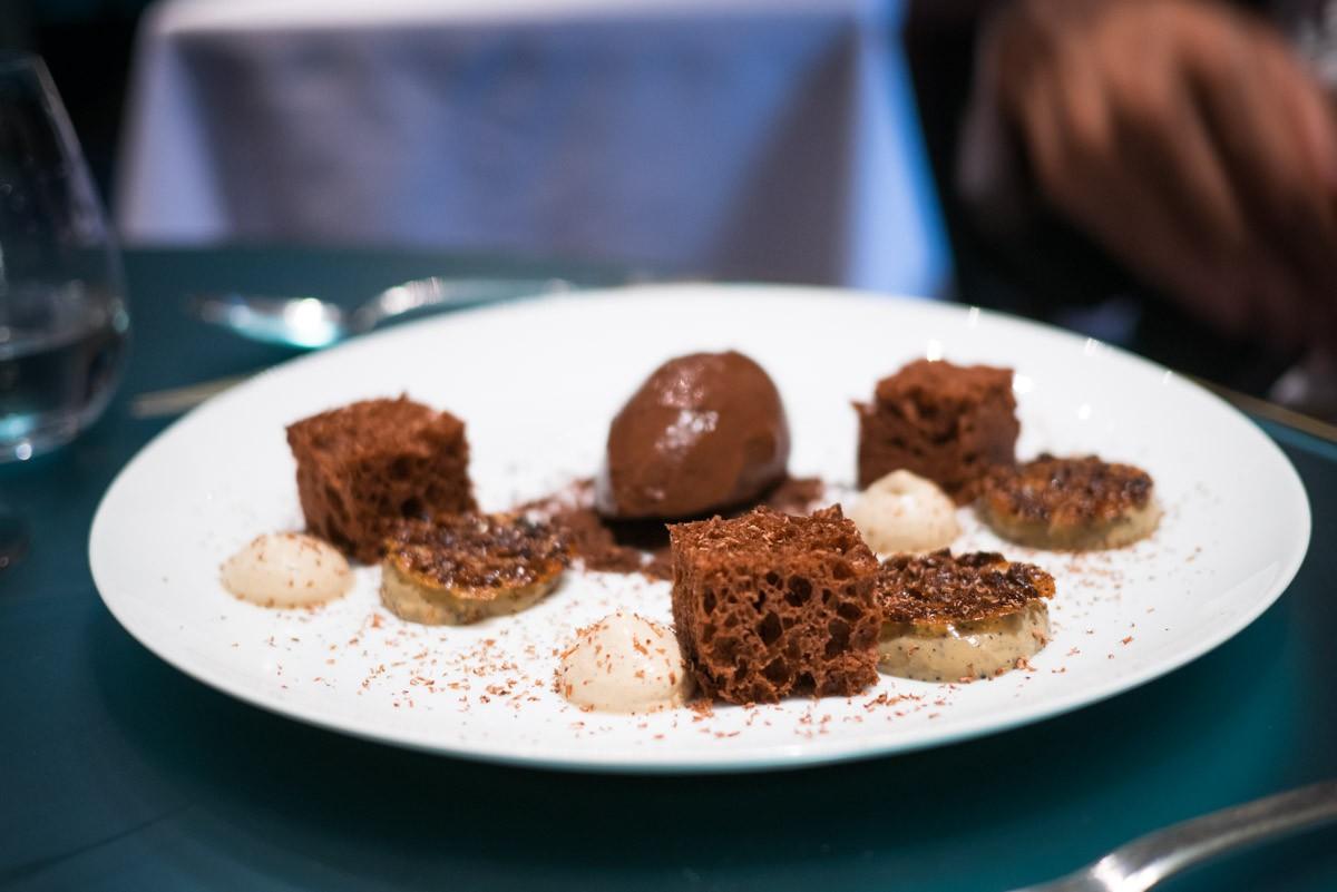 Pour mon compagnon de table, un dessert au chocolat. Il a dit que c'était super bon.