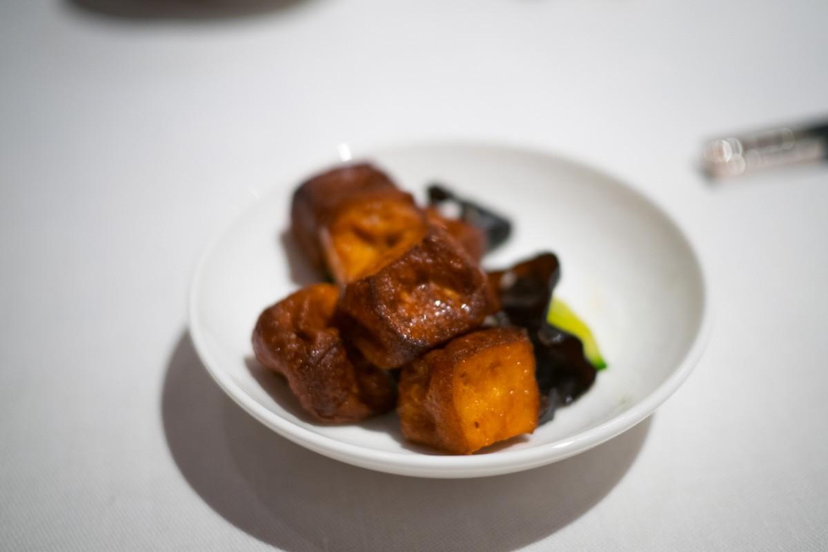 En amuse-bouche: tofu frit au sésame. Bon et frais.