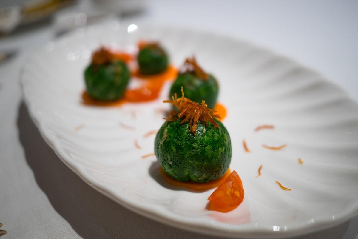 Sphères d'épinards au wasabi et St. Jacques.
