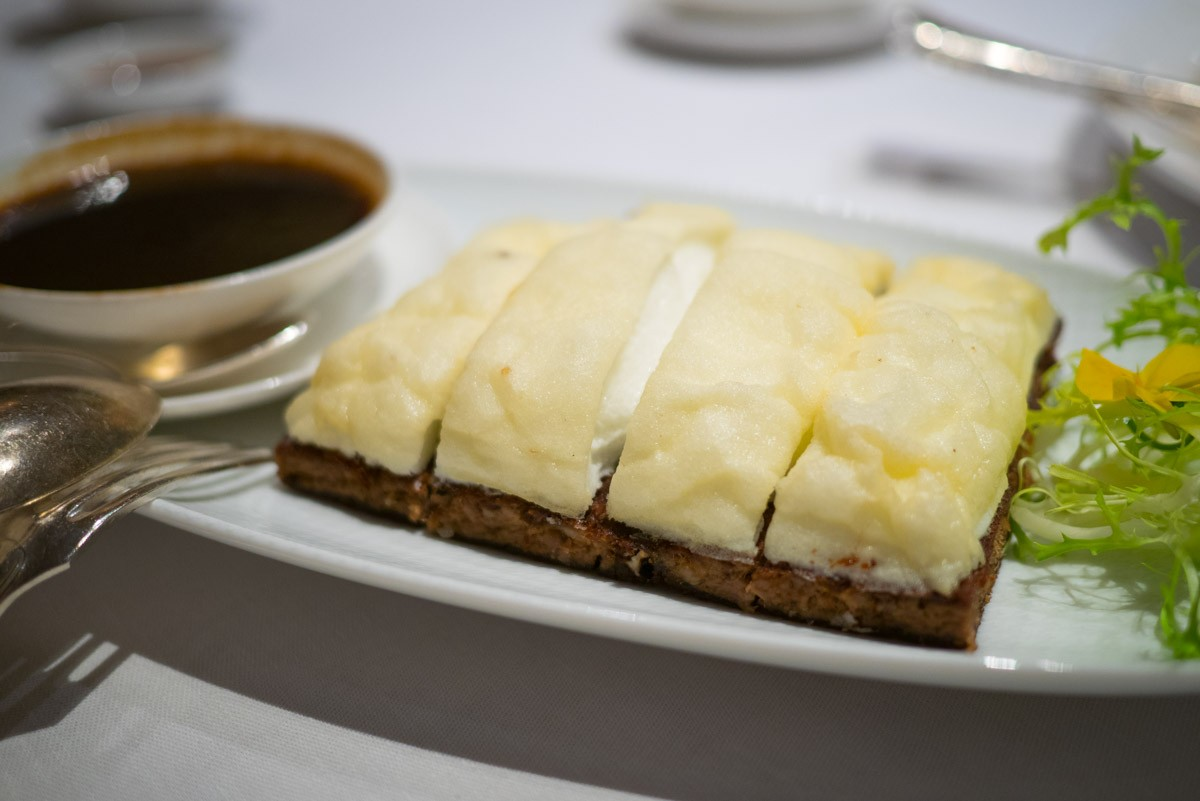 Effiloché de canard et meringue. Plat intéressant et bon, notamment la sauce qui vient avec, une sorte de jus de canard au soja.