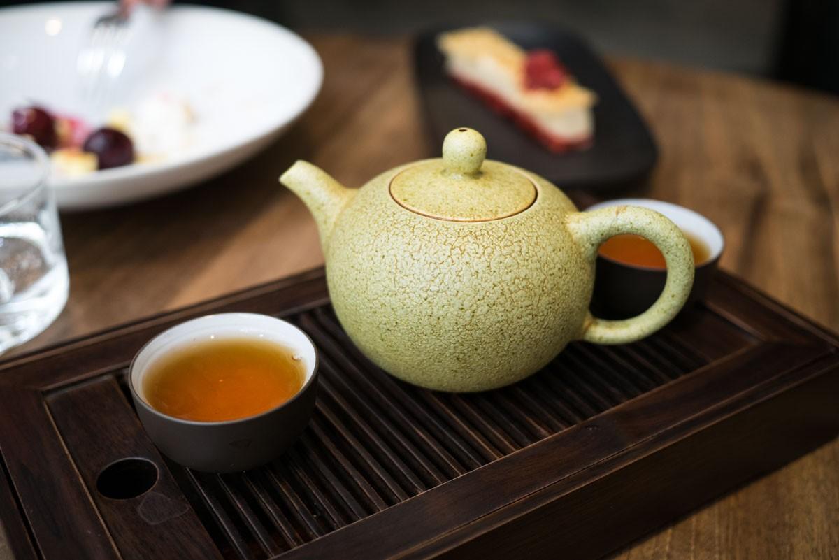 Avec les desserts, un thé rouge Yixing Kung Fu.