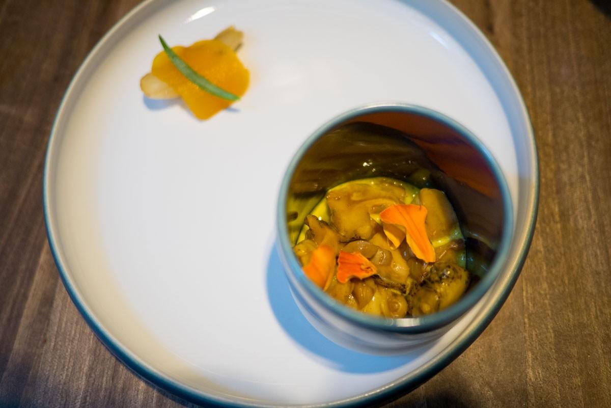 Bulots, sabayon curry, échalote confite et poutargue
