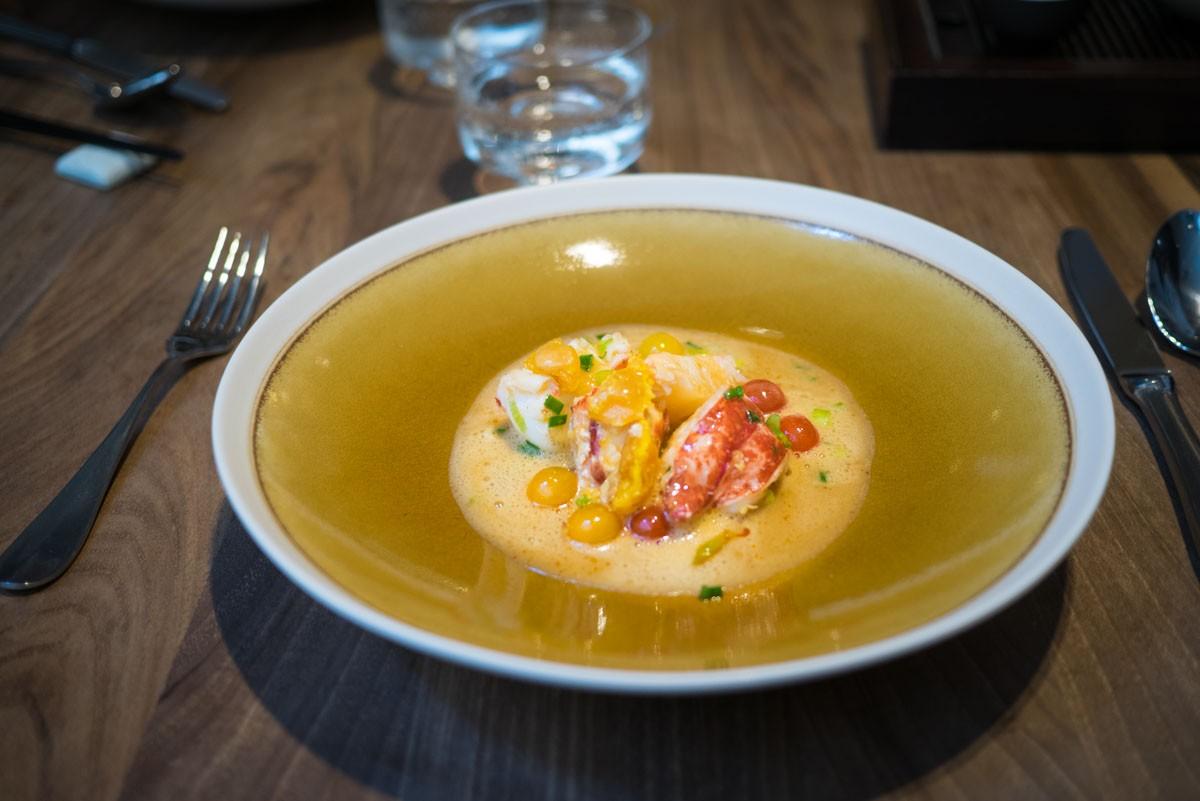 Homard au wok, jaune d'œuf de canard salé, bouillon Macvin
