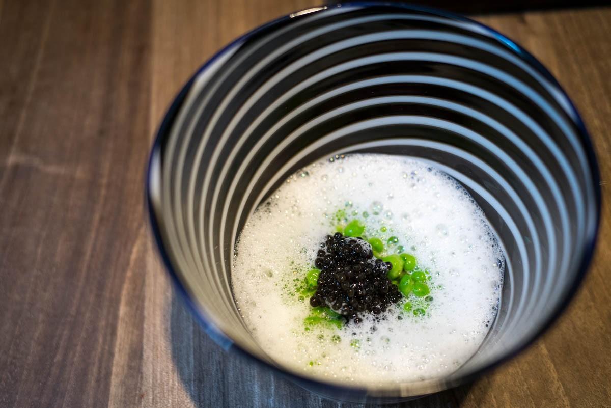 L'entre-plats, comme dit Marine, de petits pois dans une émulsion de pétoncles et caviar d'Aquitaine.