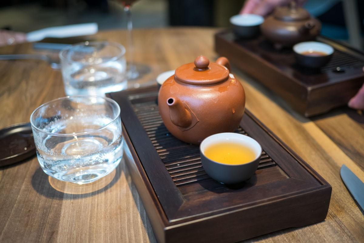 Avec un Oolong de Taïwan torréfié. Un thé droit, linéaire, qui ne sa laisse pas marcher dessus. Un accord magnifique avec le canard.