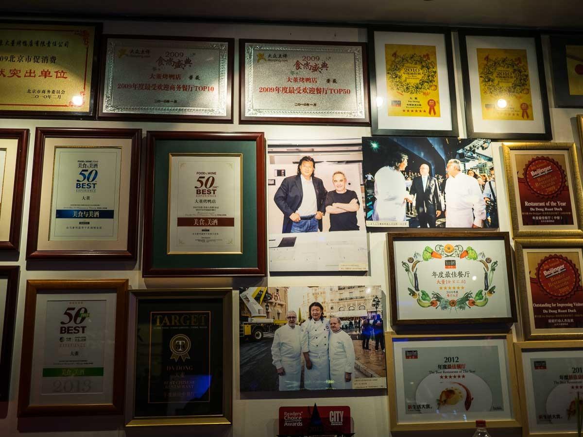 Aux murs dans l'entrée, galerie de portraits. Avec Ducasse, Robuchon...