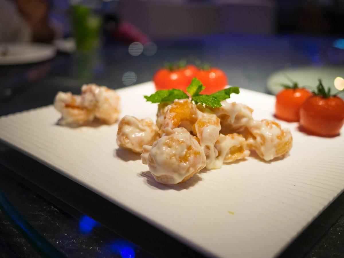 Beignets de crevettes, enrobés d'une sorte de mayonnaise. Délicieux et surprenant.