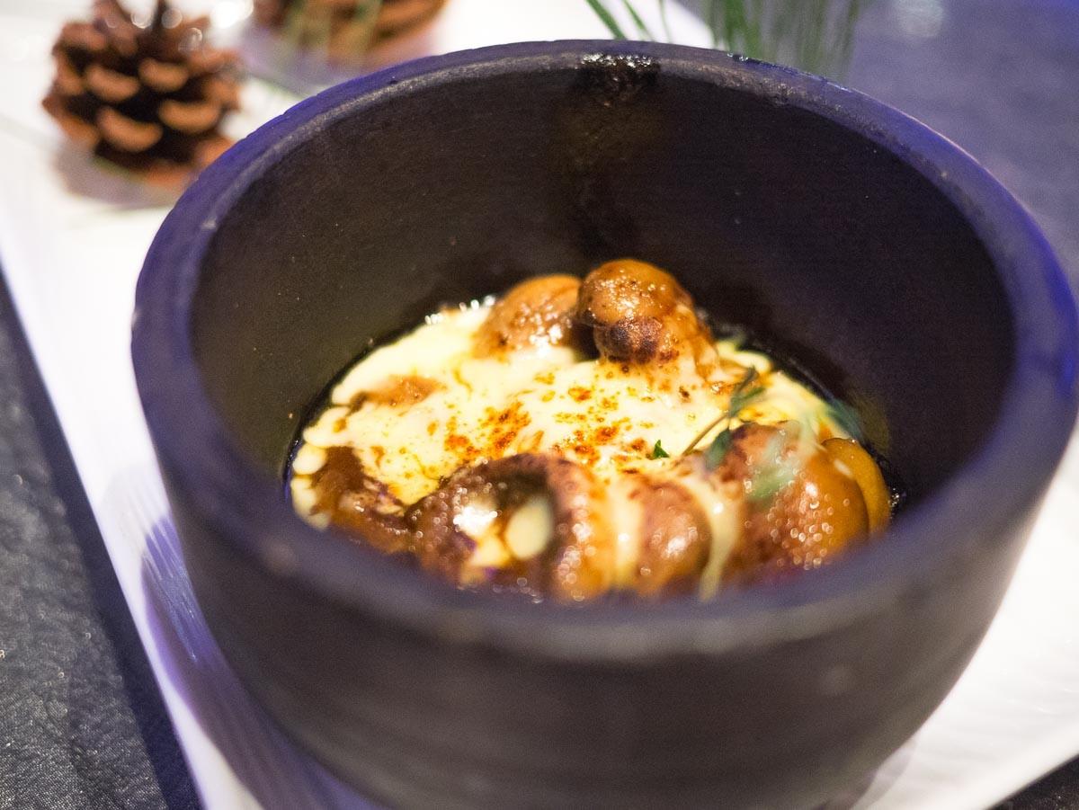 """Gratin de champignons. Dans un très bon jus de viande réduit, avec un fromage de type """"américain"""" (pas fort)."""