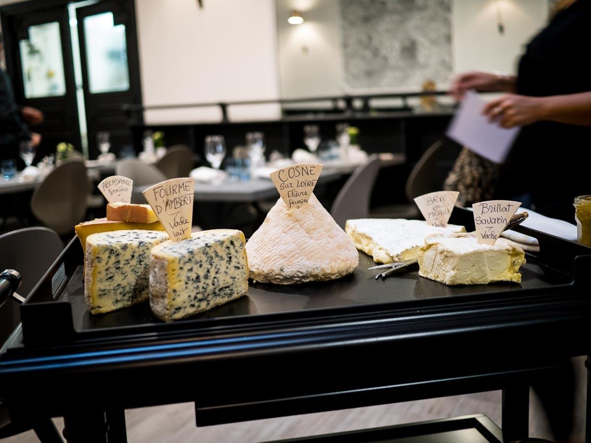 Chariot de fromages qui ne prend pas la tête. J'ai pris le brie de Meaux, le brillat-savarin et le cosne sur Loire. Très bons tous les trois.