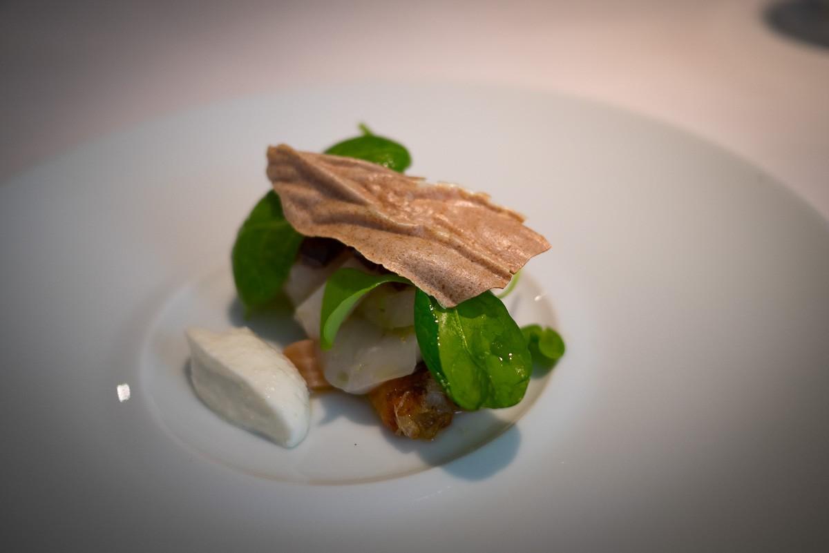 Saint-Jacques, crème de raifort, pousse d'épinard, 2 betteraves rôties. Avec une fine galette de salsifis à l'oignon rouge et au comté.