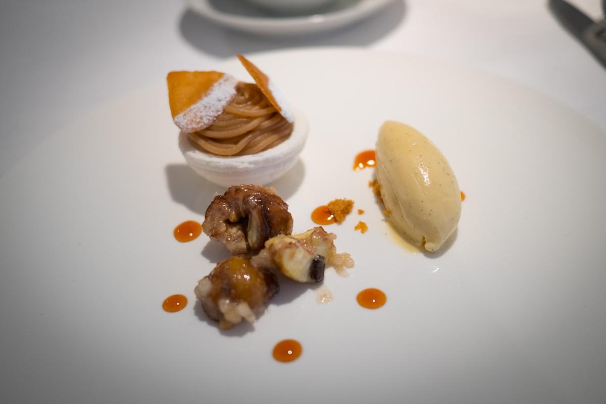 Marron glacé aux épices, meringue et crème de marron. Glace vanille.