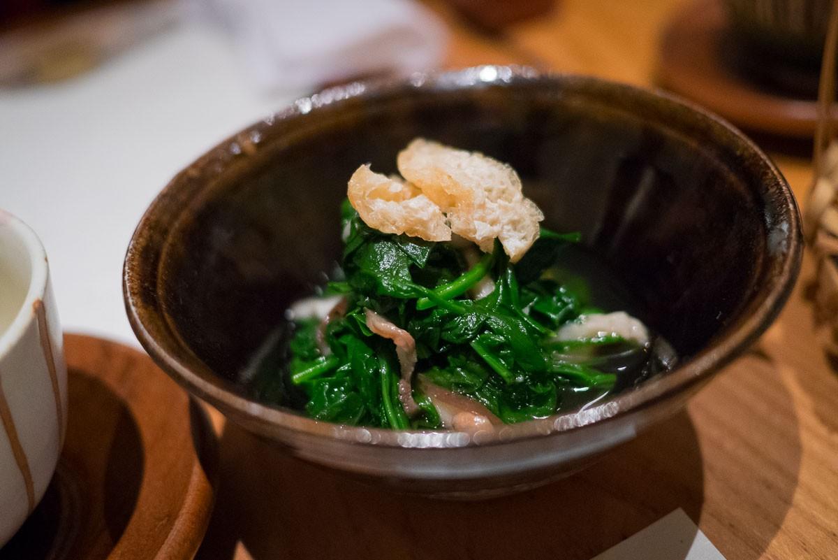 Hitashi d'épinards. Épinards blanchis et trempés dans un dashi léger, coiffés d'un bout de tofu frit.