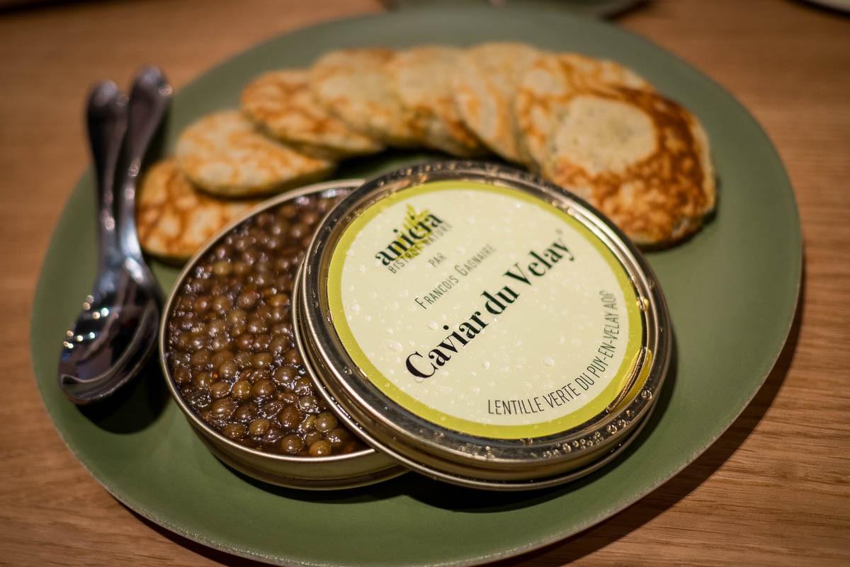 Caviar du Velay, en gelée de crustacés et crème de chou-fleur.