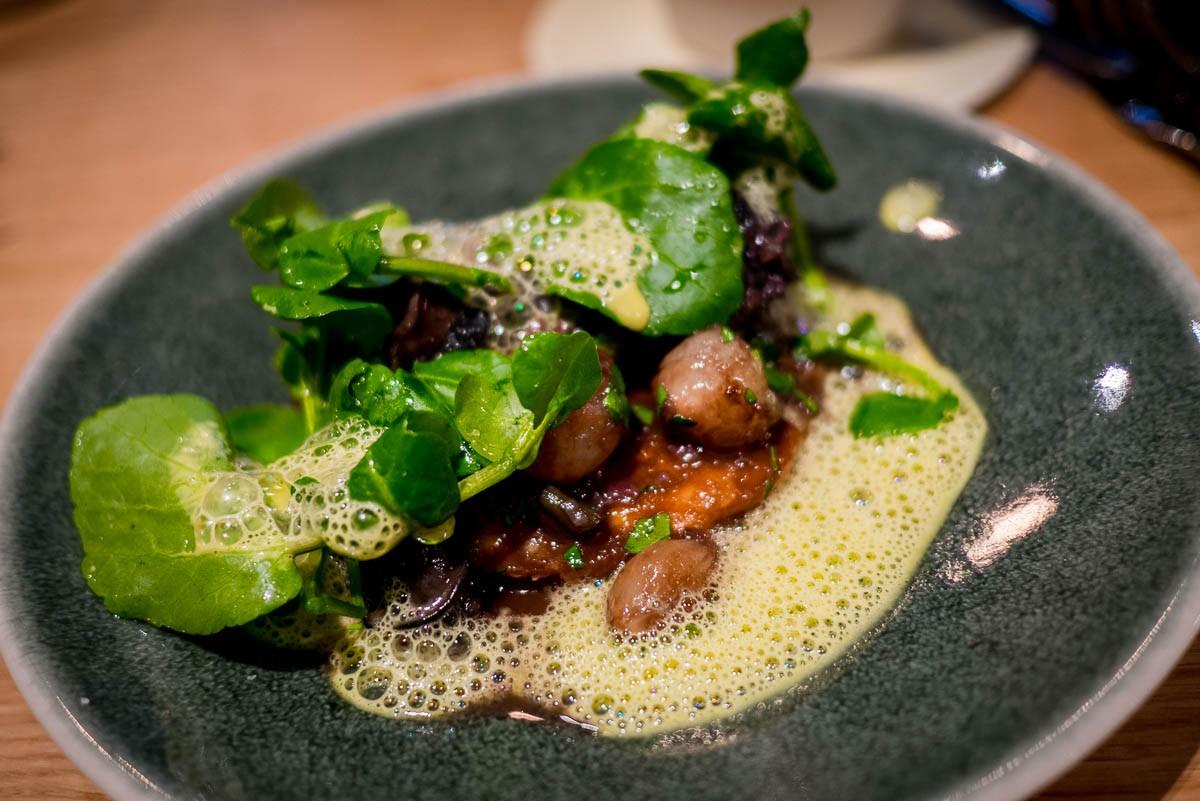 Escargots du Velay aux petits oignons sur une pâte feuilletée, beurre blanc et jus d'herbe d'orge.