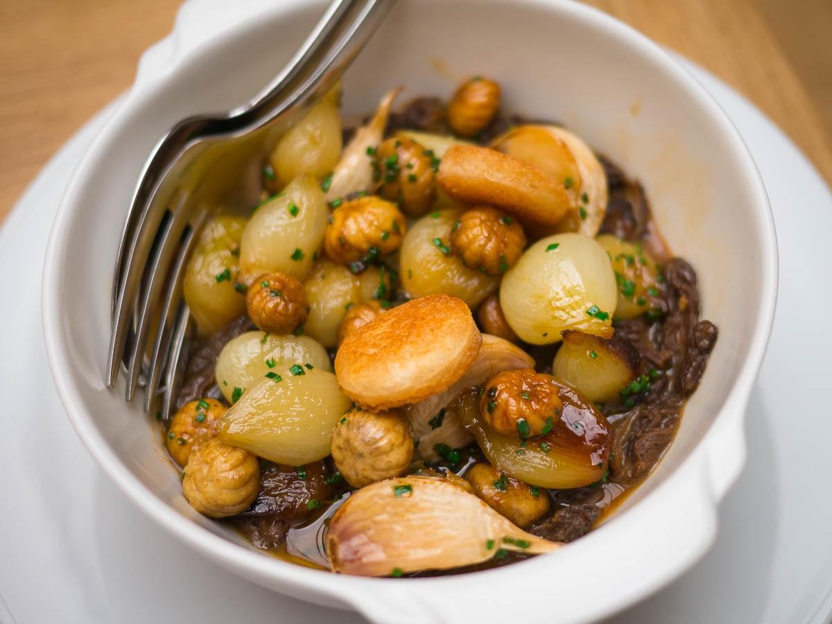 Morilles, petits champignons, oignons et ail