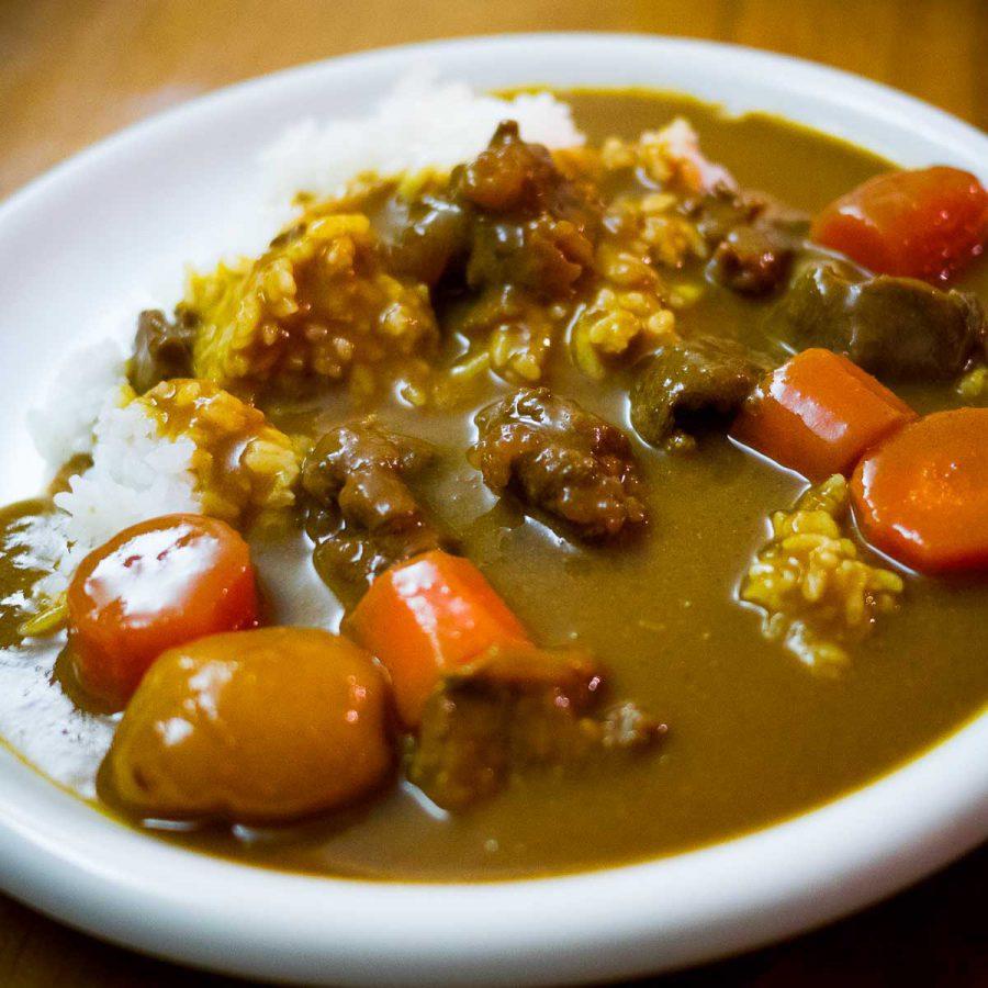 Curry que j'ai fait chez moi l'autre jour. Un peu bourrin, avec des gros morceaux de tout. Les curry maisonsont souvent plus liquides que ceux servis au restaurant. Cette fois, j'ai utilisé du jarret mais je pense que le paleron est meilleur.