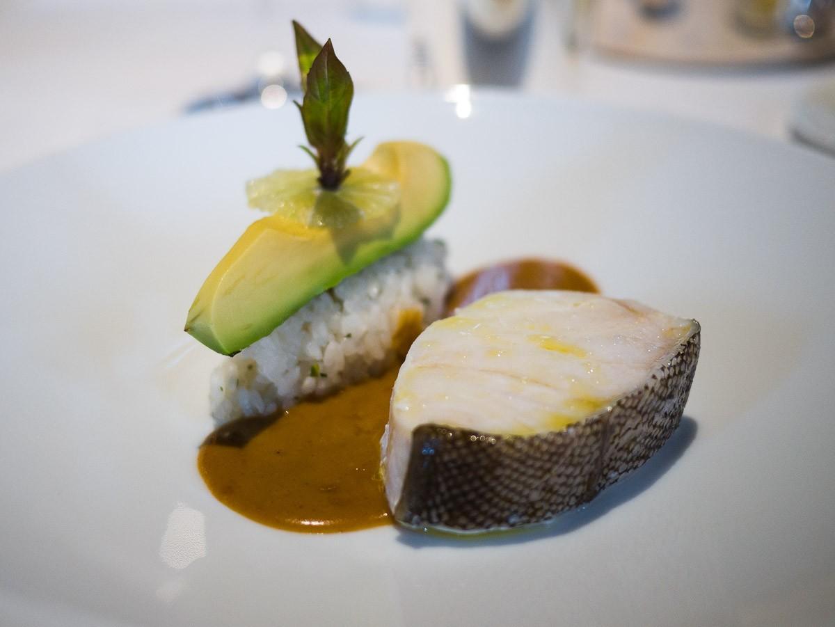 """Curry à La Réserve, par le chef Jérôme Banctel. J'ai envie de dire C'EST un pur curry japonais mais il est beaucoup trop qualitatif et élégant pour ça. Pas d'inquiétude, on vous apporte du riz et de la sauce en plus. L'avocat avec un peu de citron en """"condiment"""" est excellent."""