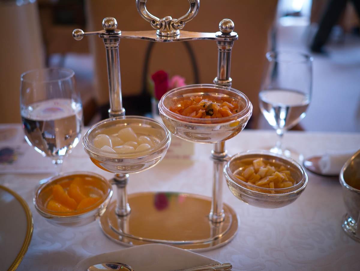 Les condiments servis avec le curry du Shiseido Parlour. De gauche à droite: clémentines en boite, rakkyo, fukujinzuké, karamidaikon.