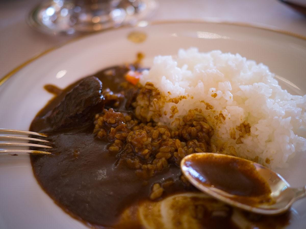 """Le mythique curry du Shiseido Parlour, en cours de dégustation. Notez l'absence de """"morceaux"""" et la quantité de sauce. C'est comme ça que doit être le curry. Essentiellement une sauce pour le riz."""