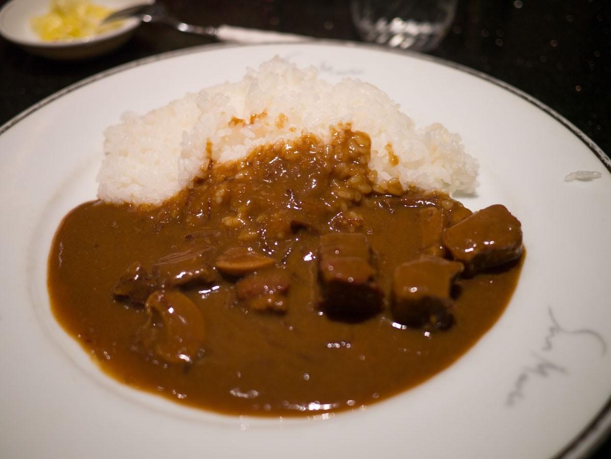 Curry à un comptoir au sous-sol de la gare de Tokyo.