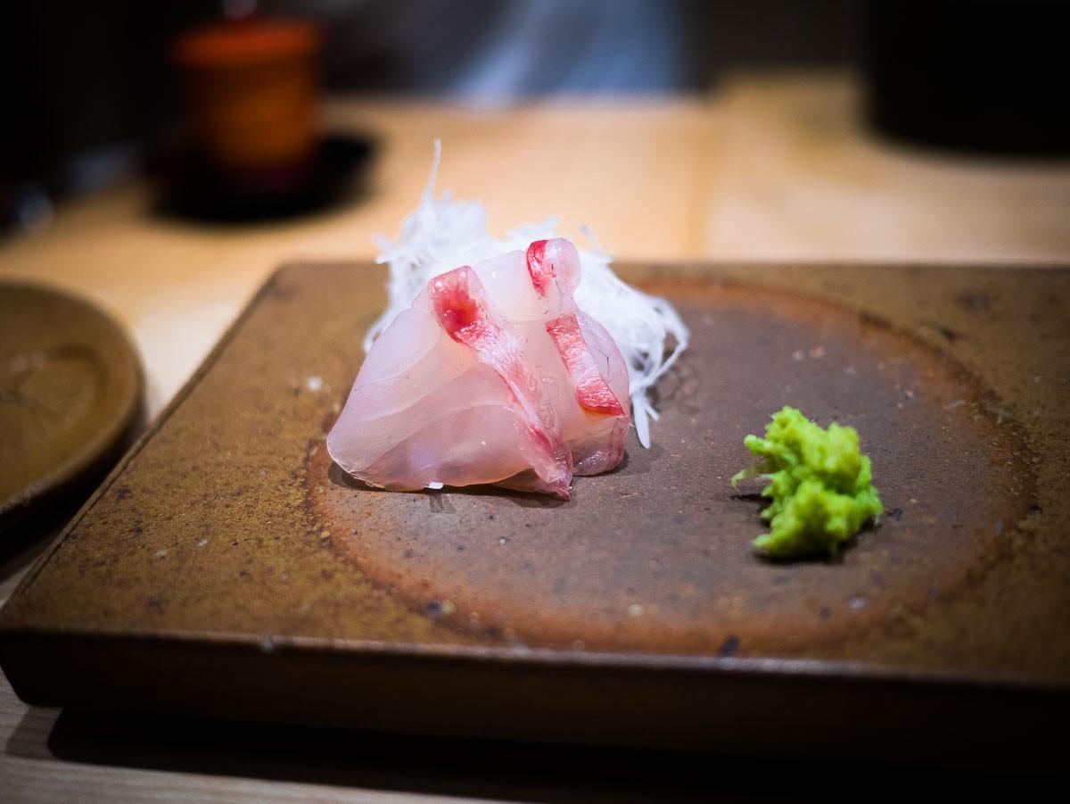 Sashimi de bar en kobujimé.