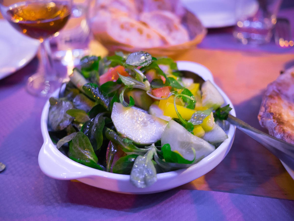 Crudités. Les légumes sont très frais mais ce n'est franchement pas la saison de la tomate, du concombre et des poivrons.