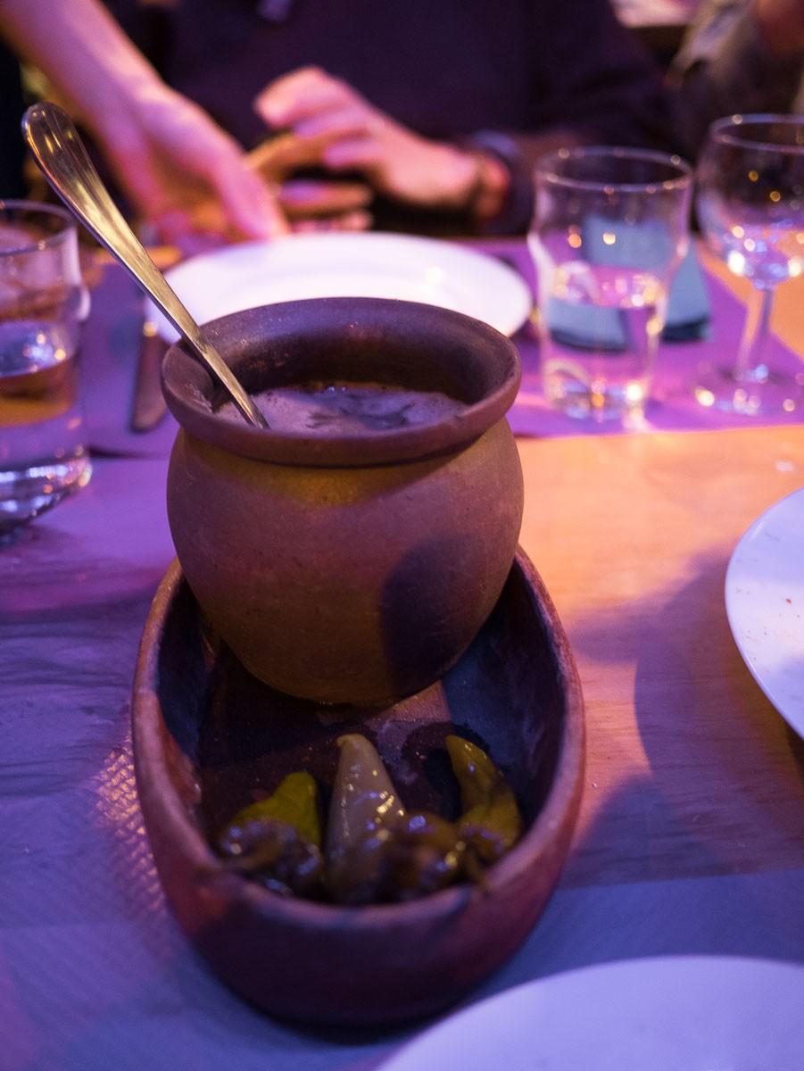 Lobo qotanshi. Haricots rouges mijotés dans un pot d'argile. Les haricots sont fondants et succulents.