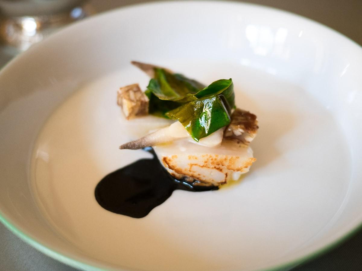Saint-jacques, crête de coq, beurre noisette amandes, oseille.