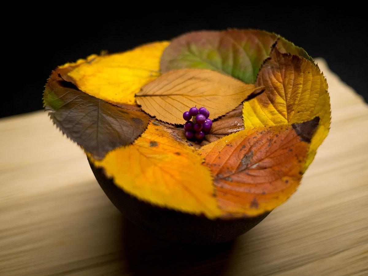 Dressage très japonais. On aime les feuilles et les fleurs de saison.